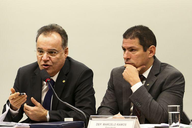 O relator, deputado Samuel Moreira, e o presidente da comissão especial da Reforma da Previdência, deputado Marcelo Ramos, durante sessão para discussão do parecer do relator.