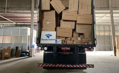 Receita Federal interdita depósito irregular com R$ 1 bilhão em mercadorias em Guaratiba, na zona oeste do Rio de Janeiro.