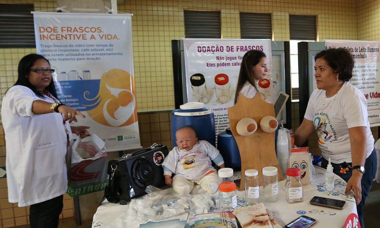 Brasília - Mães fazem mamaço na Estação do Metrô de Samambaia para superar o preconceito contra amamentar em público e incentivar a doação de leite materno (Elza Fiuza/Agência Brasil)