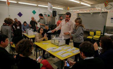 Votos são contabilizados após fechamento das urnas nas eleições regionais da Catalunha