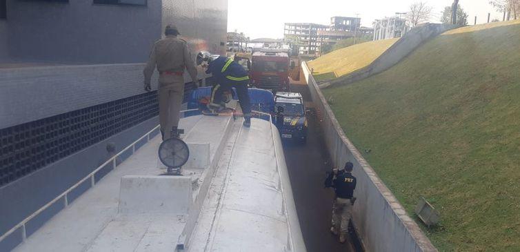 Policiais fazem vistoria no caminhão-tanque, onde a maconha estava escondida