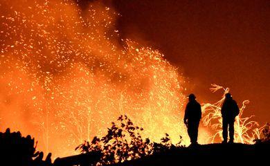Bombeiros monitoram incêndio florestal na Califórnia