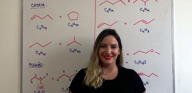A professora Amanda Thomé em aula no Cai no Vestibular