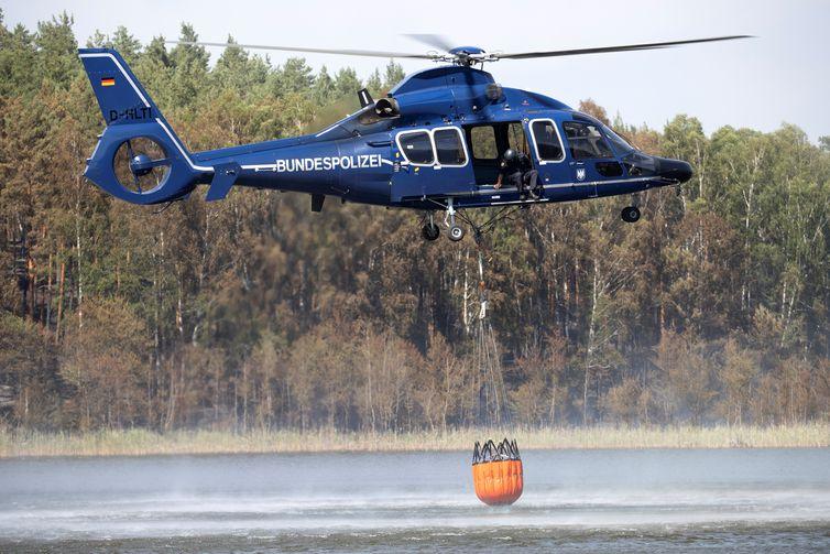 Helicóptero da polícia alemã auxilia na tentativa de conter um incêndio florestal na Alemanha. Axel Schmidt/Reuters