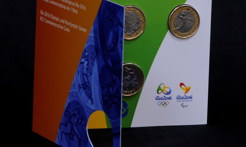 Cartela com moedas de circulação comemorativas de futebol, voleibol, atletismo paralímpico e judô