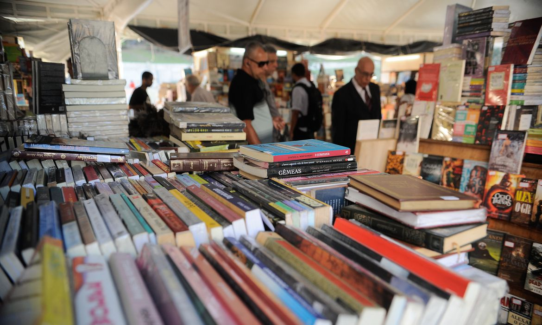 A tradicional e popular Feira de Livros, realizada de forma itinerante em várias praças da cidade do Rio de Janeiro, está comemorando 60 anos, com uma edição especial no Largo da Carioca (Fernando Frazão/Agência Brasil)