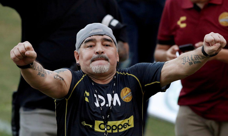 FOTO DO ARQUIVO: A lenda do futebol argentino Diego Armando Maradona reage aos torcedores durante seu primeiro treino como técnico dos Dorados no estádio Banorte em Culiacán, no estado mexicano de Sinaloa