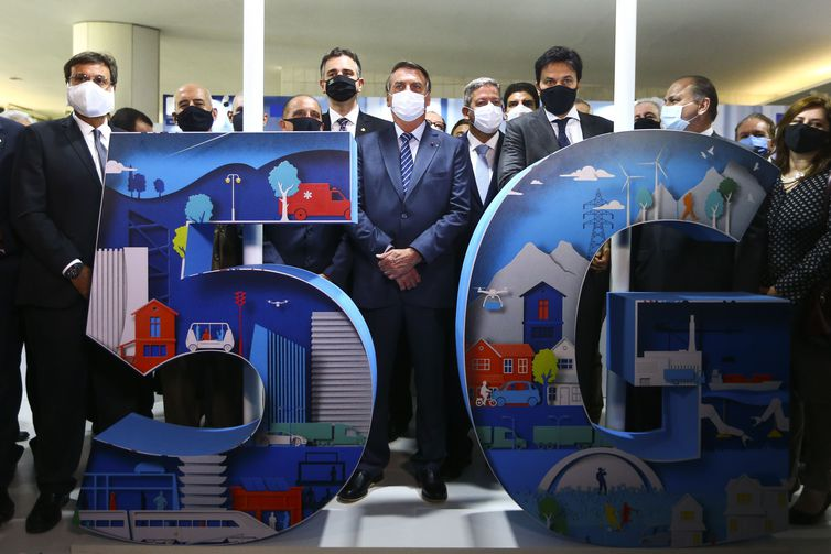 O presidente Jair Bolsonaro visita a exposição sobre as aplicações práticas do uso da nova tecnologia 5G Standalone no Brasil, no Salão Negro do Congresso Nacional.