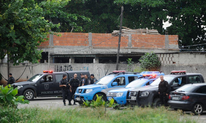 A Polícia Militar dá início ao processo de transição com a Força de Pacificação no patrulhamento do conjunto de favelas da Maré, na zona norte do Rio (Tomaz Silva/Agência Brasil)