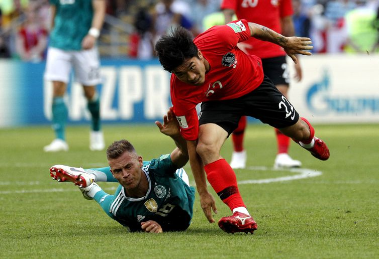 Kazan (Russian Federation), 27/06/2018.- Joshua Kimmich of Germany (L) and Go Yo-han of South Korea in action during the FIFA World Cup 2018 group F preliminary round soccer match between South Korea and Germany in Kazan, Russia, 27 June 2018.
