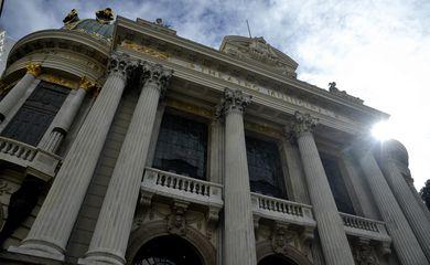 O corpo do cantor, compositor e violonista João Gilberto é velado no Theatro Municipal do Rio de Janeiro.