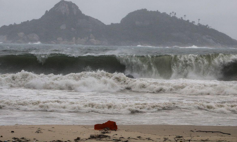 Frente fria traz tempestade e ressaca na praia da Barra da Tijuca
