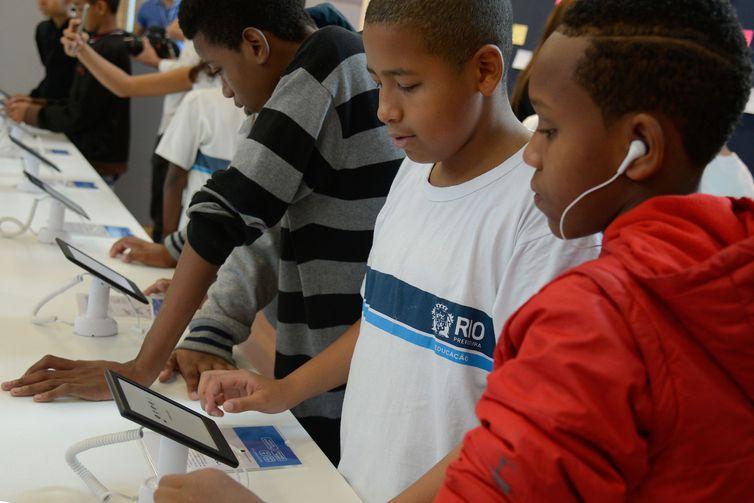 Crianças usam tablet