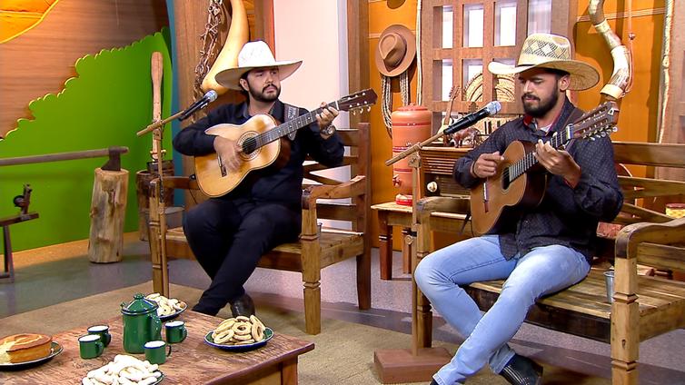 Dois violeiros cantam uma boa  moda de viola no Brasil Caipira
