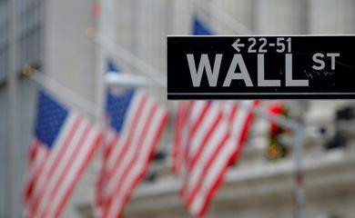Placa em frente à Bolsa de Valores de Nova York sinaliza Wall Street  REUTERS/Andrew Kelly