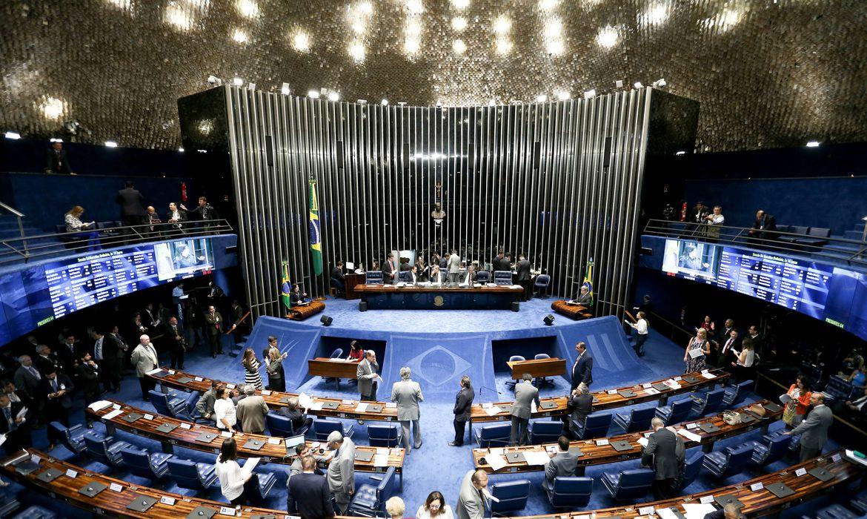 Brasília - O plenário do Senado examina a PEC 159/2015, que permite o uso de dinheiro depositado na Justiça para pagar dívidas públicas  (Wilson Dias/Agência Brasil)