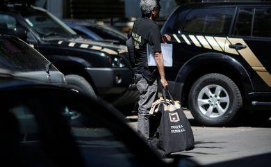 Viaturas e agentes da Polícia Federal no Rio de Janeiro