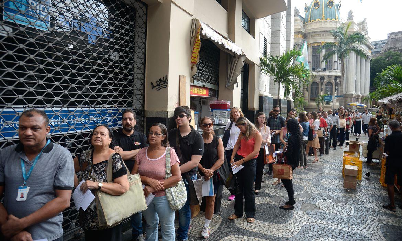 Rio de Janeiro - Longas filas se formam em frente aos postos de saúde para a vacinação contra a febre amarela (Tânia Rêgo/Agência Brasil)
