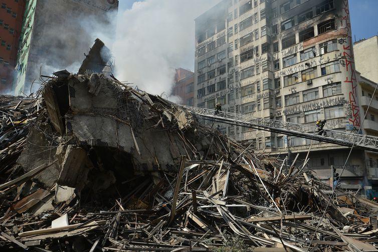 rvrsa_abr20120408_092Bombeiros fazem rescaldo de escombros de prédio que pegou fogo em SP6