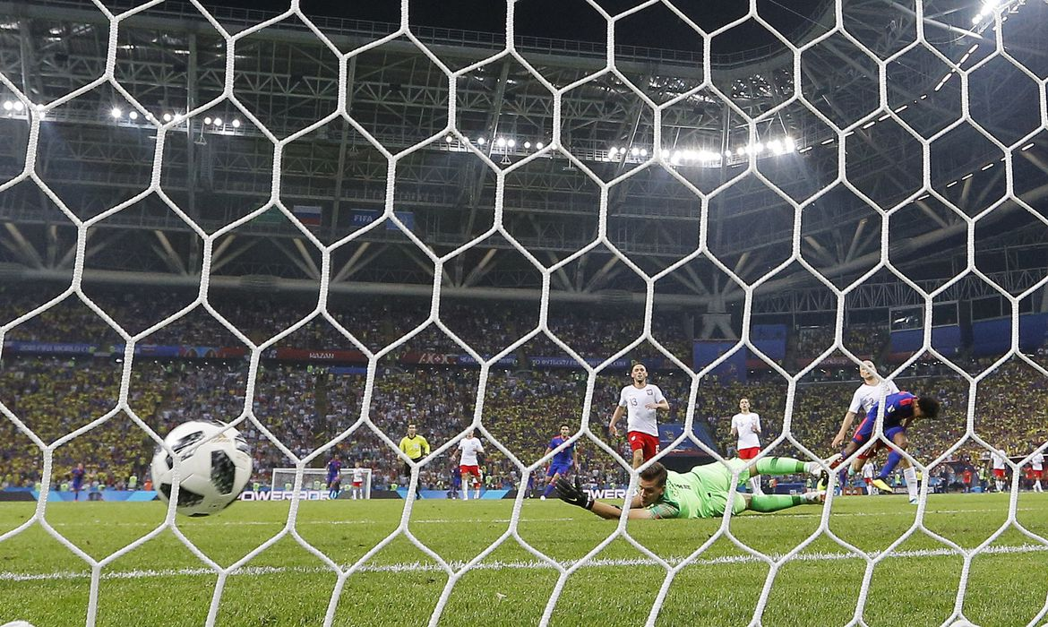 Kazan (Russian Federation), 24/06/2018.- Juan Cuadrado (R) of Colombia beats goalkeeper Wojciech Szczesny of Poland to score the 3-0 during the FIFA World Cup 2018 group H preliminary round soccer match between Poland and Colombia in Kazan,