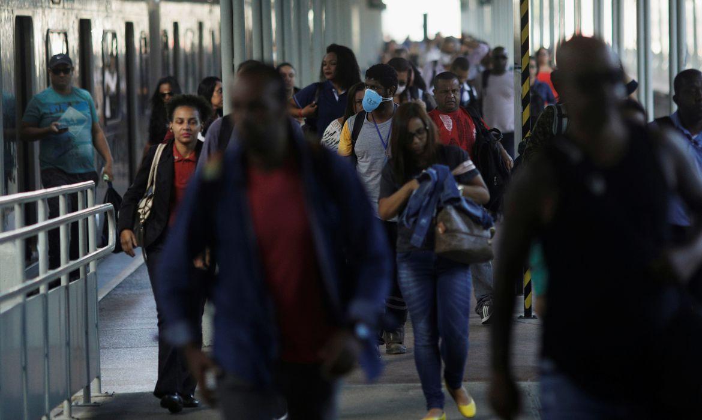 Passageiros caminham em plataforma da Central do Brasil, no Rio de Janeiro