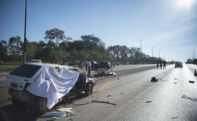 BRASÍLIA, DF, BRASIL,  26-06-2014, 08h30: Acidente envolvendo dois carros no Eixão Sul, em Brasília, deixou 4 feridos e uma vítima fatal.  (Foto: Marcelo Camargo/Agência Brasil)