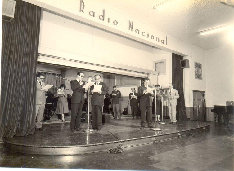 Ator Paulo Gracindo no ensaio no Teatro da Rádio Nacional, em agosto de 1956.