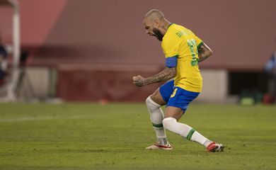 Daniel Alves comemora a classificação brasileira á final de Tóquio 2020.