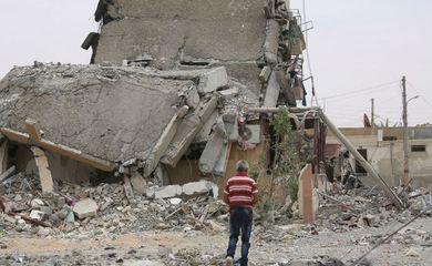 Destroços de um prédio na cidade de Tabqa, província de Raqqa, na Síria