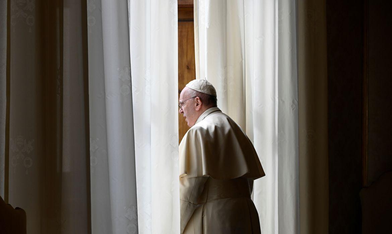 Papa Francisco olha pela janela no Palácio Apostólico no Vaticano