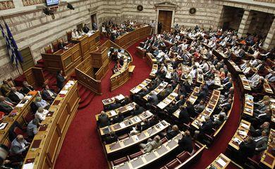 O primeiro-ministro grego Alexis Tsipras discursa para membros do Parlamento, durante sessão que aprovou o programa de ajuda de credores internacionais a Grécia