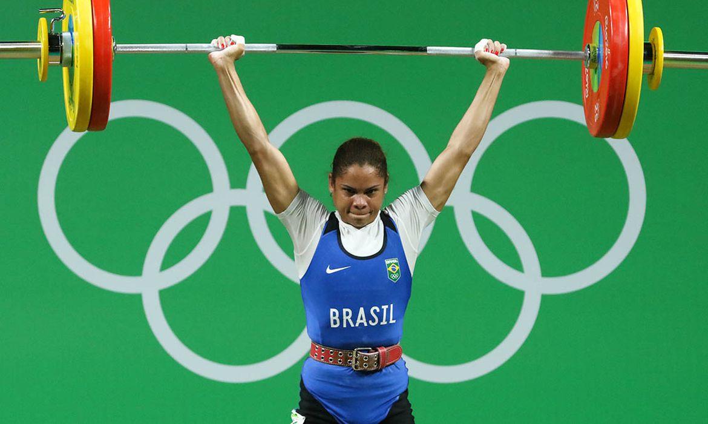 Rosane no levantamento de peso na categoria feminina até 53 quilos na Olimpíada Rio 2016.
