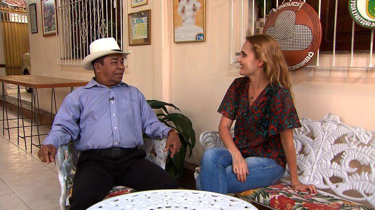 A repórter Aline Beckstein na casa do cantor Pinduca, em Belém