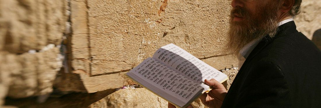 Judeu orando no Muro das Lamentações