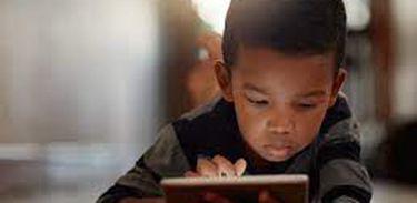 Criança usando tecnologia digital