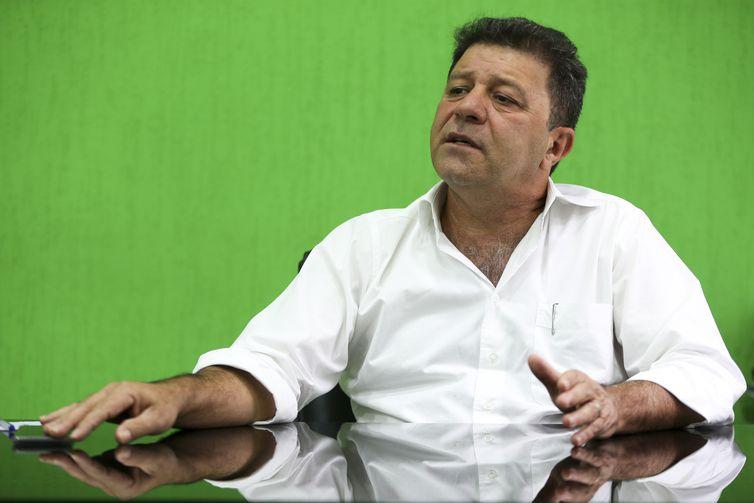 O prefeito de Abadiânia, José Aparecido Alves Diniz, durante entrevista.