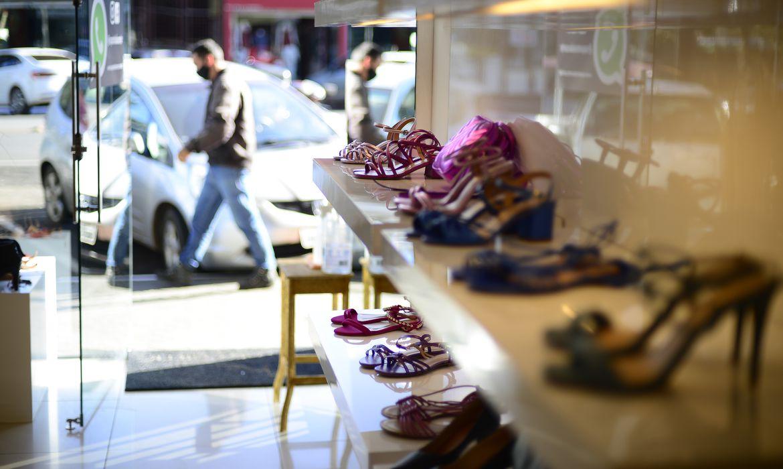 GDF libera funcionamento de lojas de roupas e sapatos