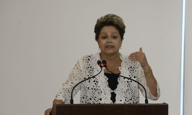Brasília - Presidenta Dilma Rousseff durante solenidade de assinatura de contratos de concessão das rodovias BR 163 em MT e MS e BR 040 no DF, GO e MG (Valter Campanato/Agência Brasil)