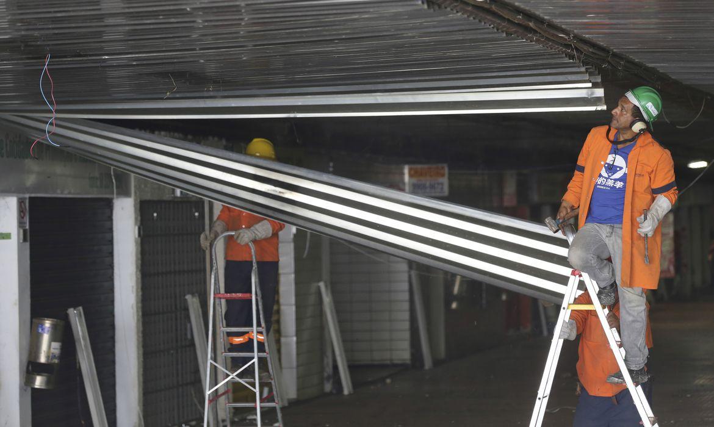 Brasília - Operários retiram forro de zinco da Galeria dos Estados, próximo ao viaduto que desabou no Eixão Sul (Fabio Rodrigues Pozzebom/Agência Brasil)
