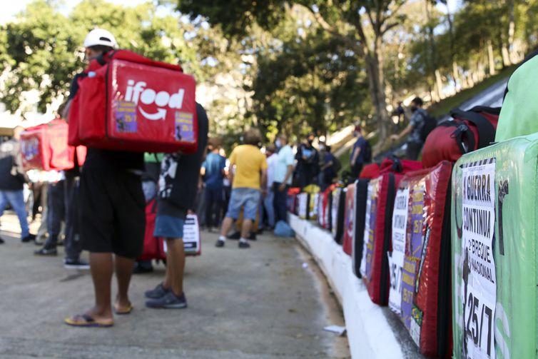 Paralização dos entregadores de aplicativo na praça Charles Miller, Pacaembu.