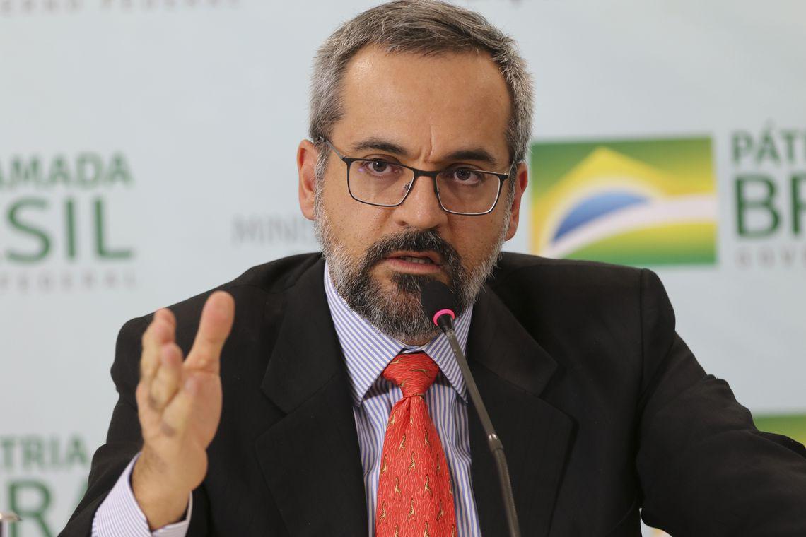 O ministro da Educação, Abraham Weintraub, fala à imprensa, durante entrevista, sobre o Enem Portugal.