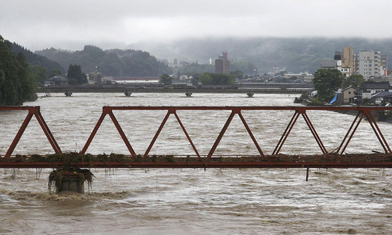 Transbordamento do rio Kuma, em Hitoyoshi, no Japão