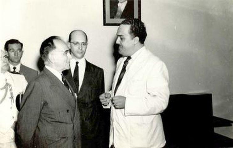Getúlio Vargas com o diretor da Rádio Mec, Celso Brant.