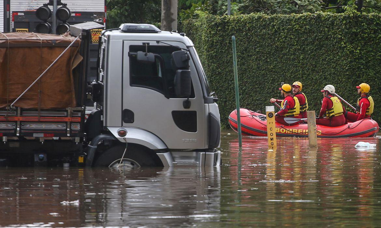 Bombeiros são vistos em um barco em uma rua inundada após fortes chuvas em São Paulo, Brasil, 10 de fevereiro de 2020. REUTERS / Rahel Patrasso