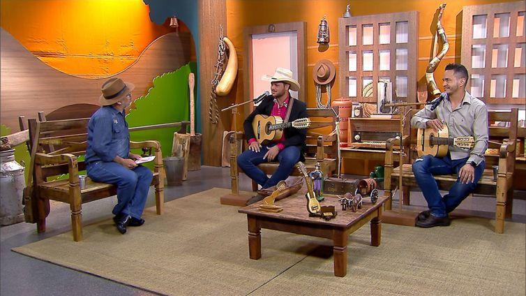 Luiz Rocha tem um dedo de prosa com a dupla caipira Cássio & Cleiton no programa