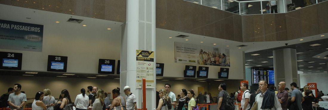 Problemas operacionais e a interdição da única pista do aeroporto de Viracopos, em Campinas (SP) provocou muitas filas e transtornos aos passageiros