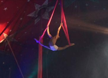 Acrobacia no tecido é uma das atrações do Monte Carlo Circo Divulgação/TV Brasil