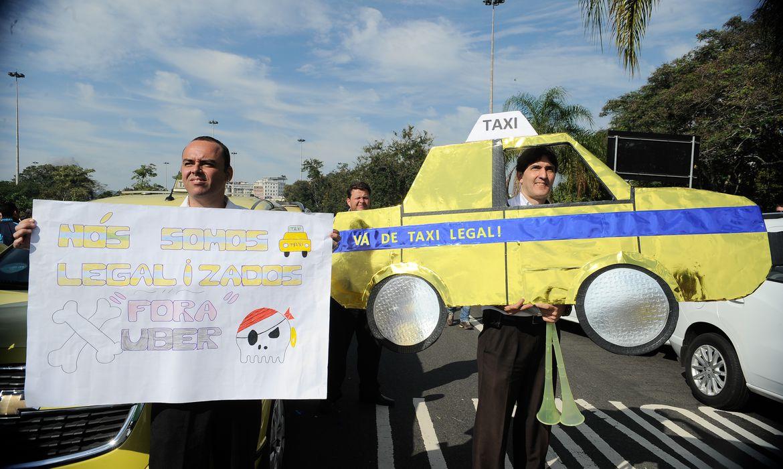 Os taxistas do município do Rio de Janeiro fazem uma grande manifestação contra o aplicativo de carona remunerada Uber em frente ao Monumento aos Pracinhas, no Parque do Flamengo (Tânia Regô/Agencia Brasil)