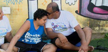 Conheça a história do musicoterapeuta Robson Ferreira, que deixou a carreira de empresário para estudar Musicoterapia após descobrir que o filho Pedro Lucas tem  autismo.