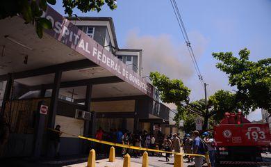 Bombeiros controlam incêndio no hospital de Bonsucesso, na zona norte do Rio de Janeiro